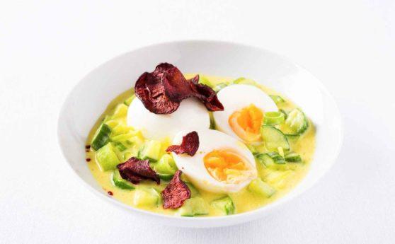 Rezept für Eier in Currysauce mit Rote-Bete-Chips