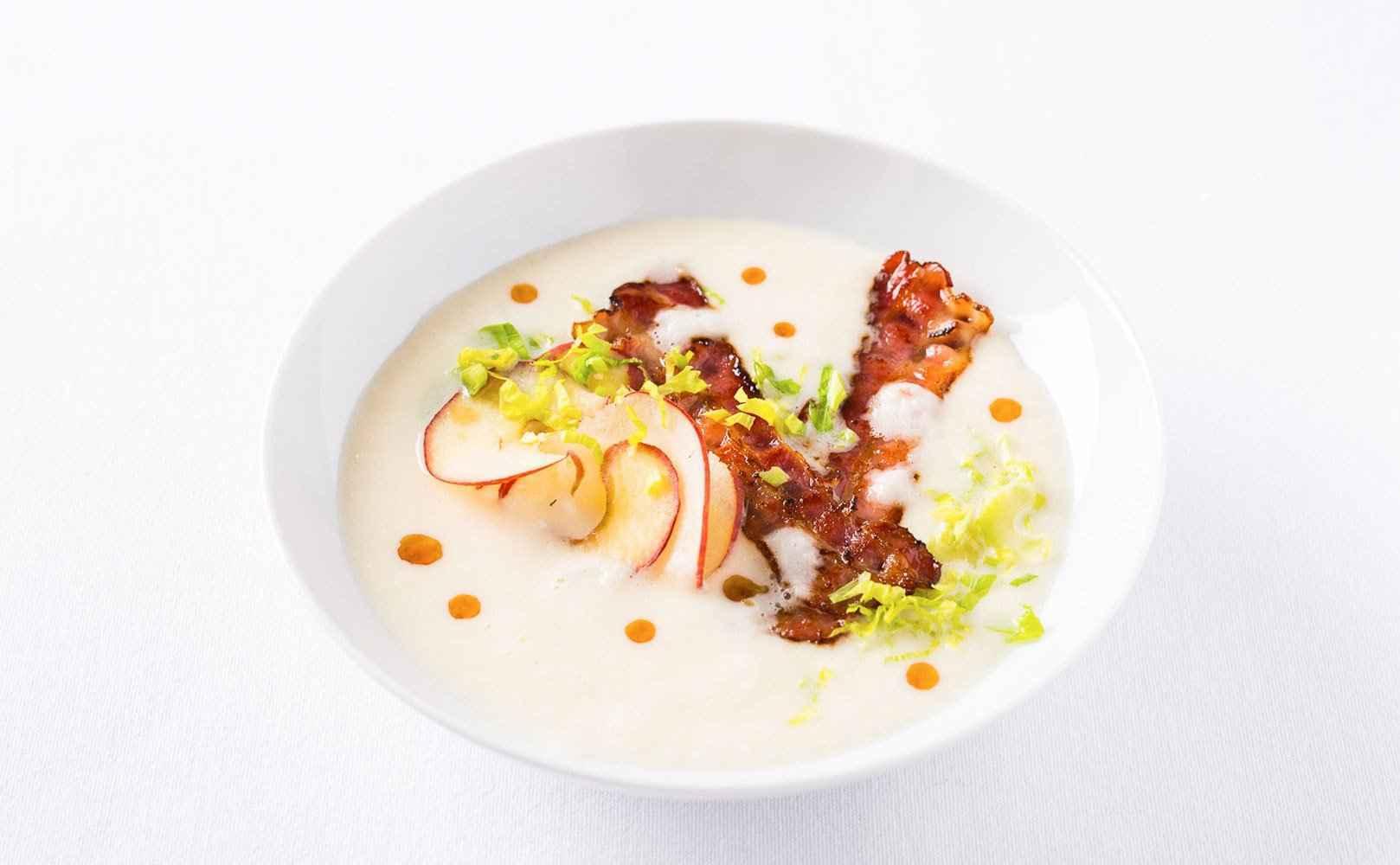 Go to Rezept für Sellerie-Samtsuppe mit Bacon, Staudensellerie und rohem Apfel