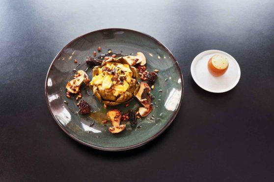 Rezept für Artischocken mit Steinpilzen, Morcheln, Zucchini, Aubergine und Parmesanzabaione
