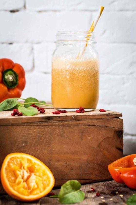 Geeister Paprika-Erdmandelmilch-Smoothie mit Sauerklee