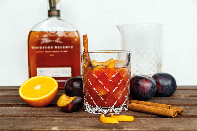 Rezept für Winterlicher Whiskey Smash mit Woodford Reserve und Pflaumen