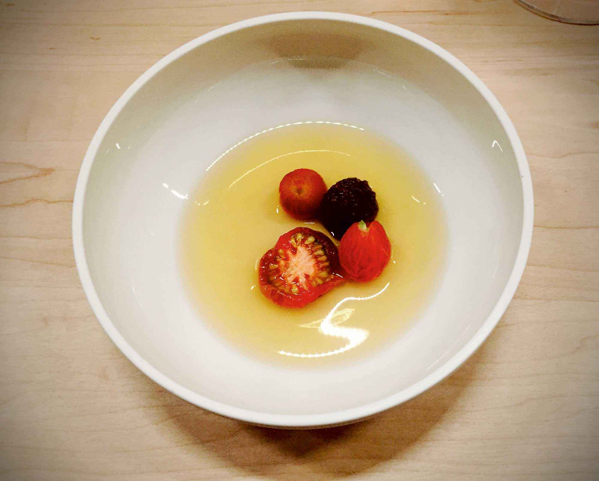 Tomaten in Dashi im Restaurant ernst