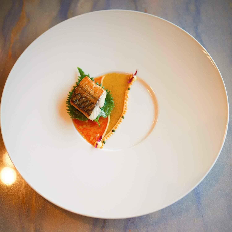 Makrele, gezupfte Kalbshaxe, Mayonnaise und Shiso