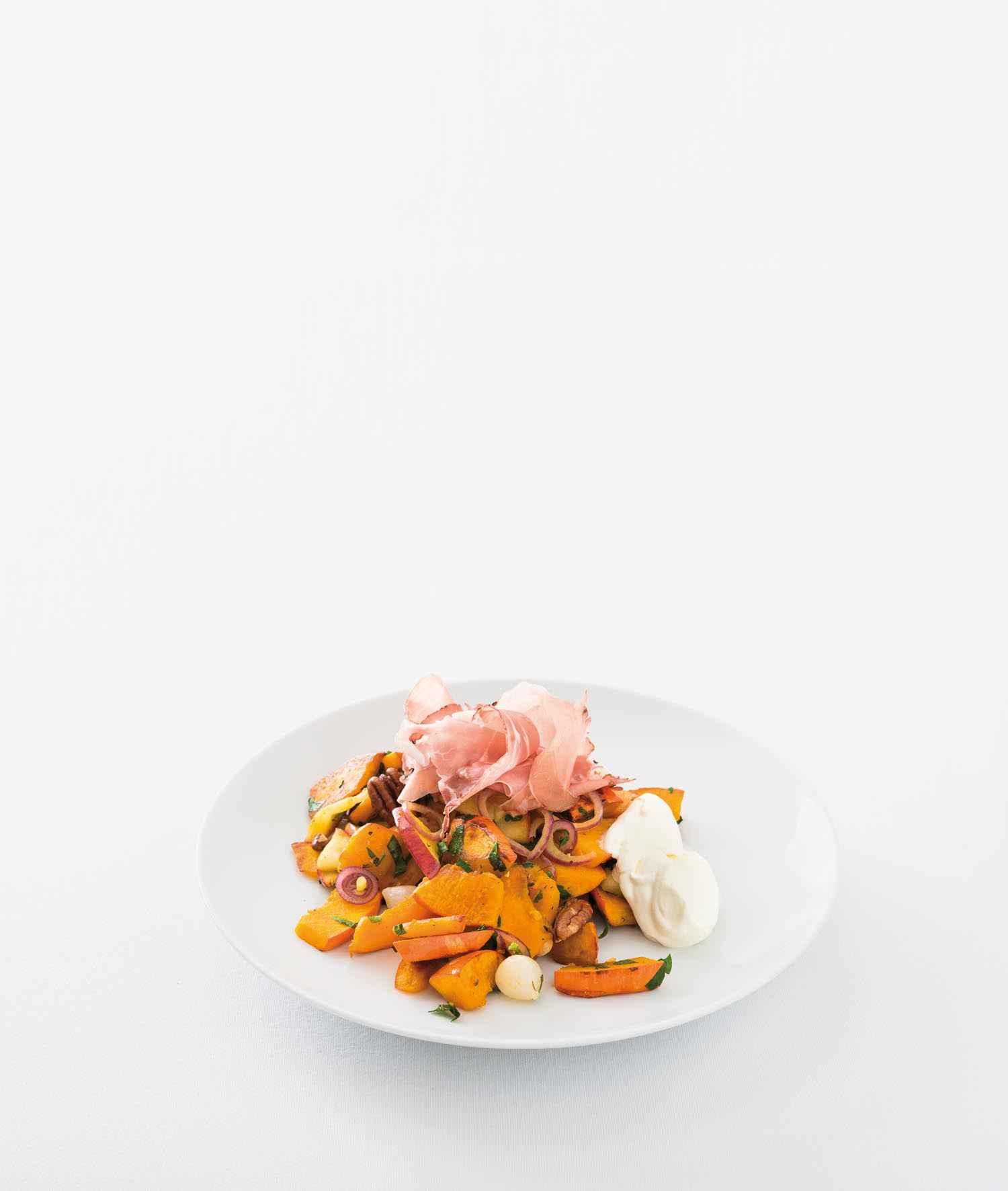 Kürbis-»Bratkartoffeln« mit Apfel, Perlzwiebeln, Pekannüssen und rohem Schinken