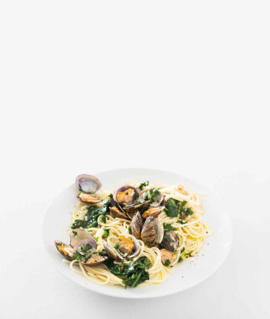 Spaghetti Vongole mit Knoblauch, Spinat und Petersilie