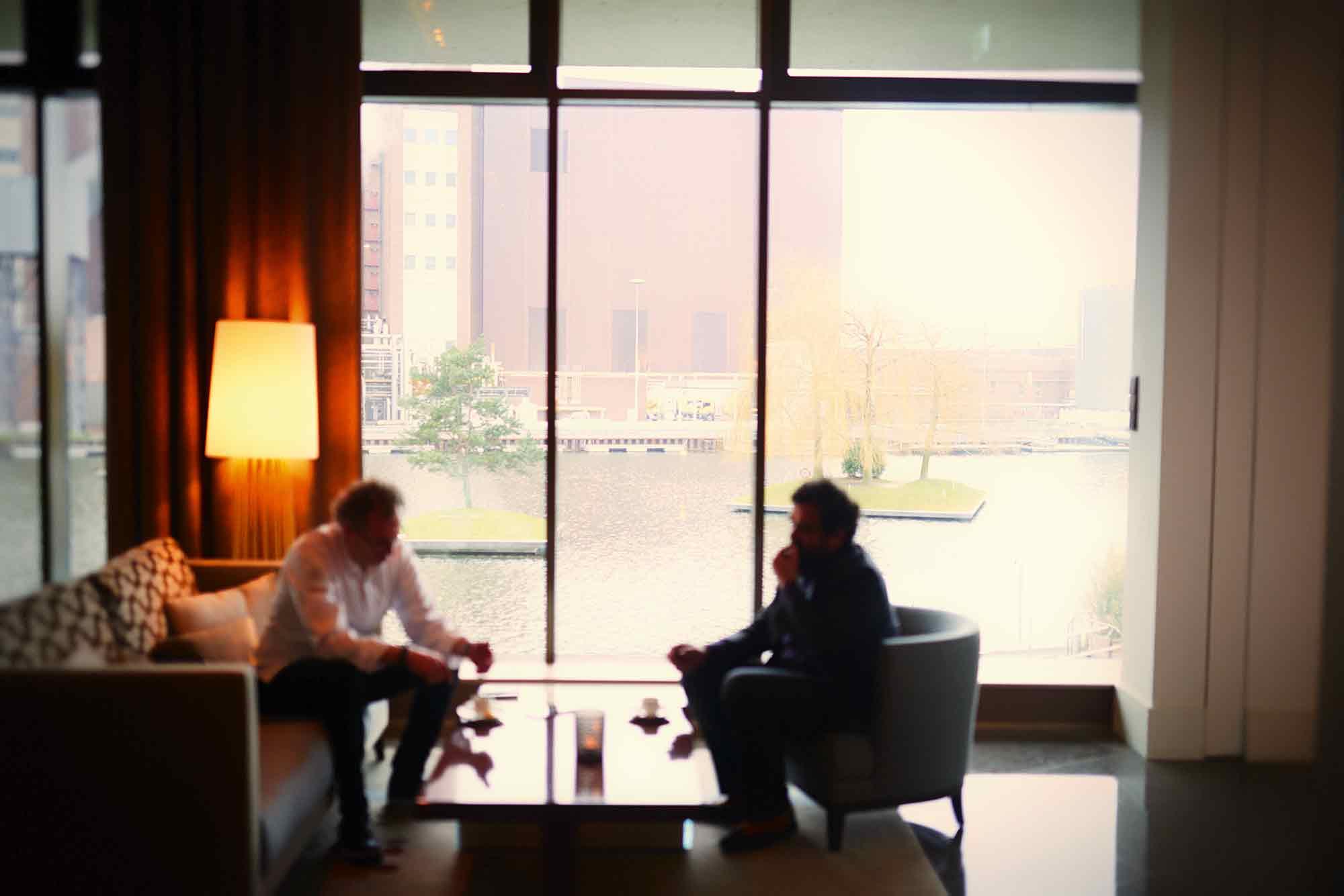 Sven Elverfeld und Vijay Sapre beim Gespräch in der Lobby
