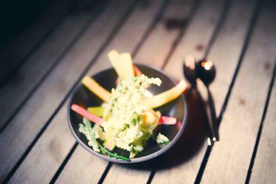 Gegrillter Rhabarber mit Vanilleeis und gebackenen Salicornes
