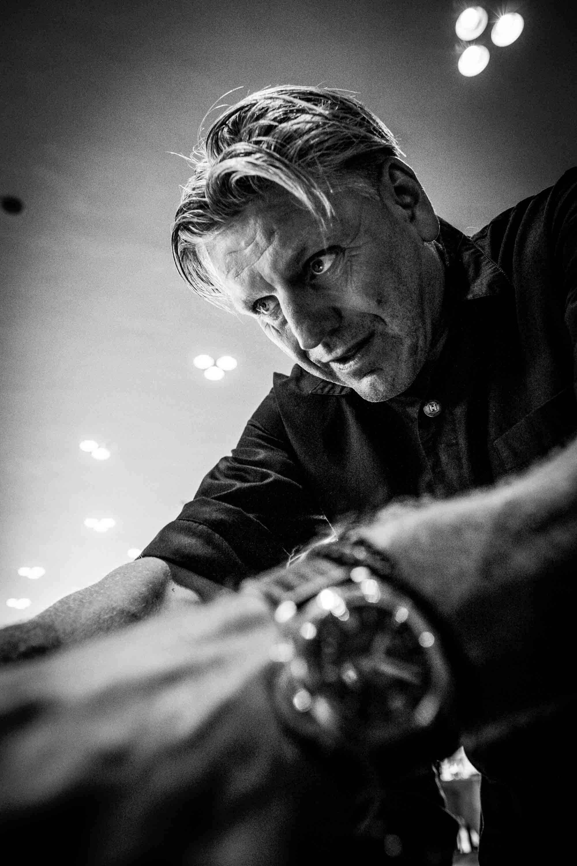 Jonnie Boer vollendet den Gang mit getrocknetem Eigelb am Tisch
