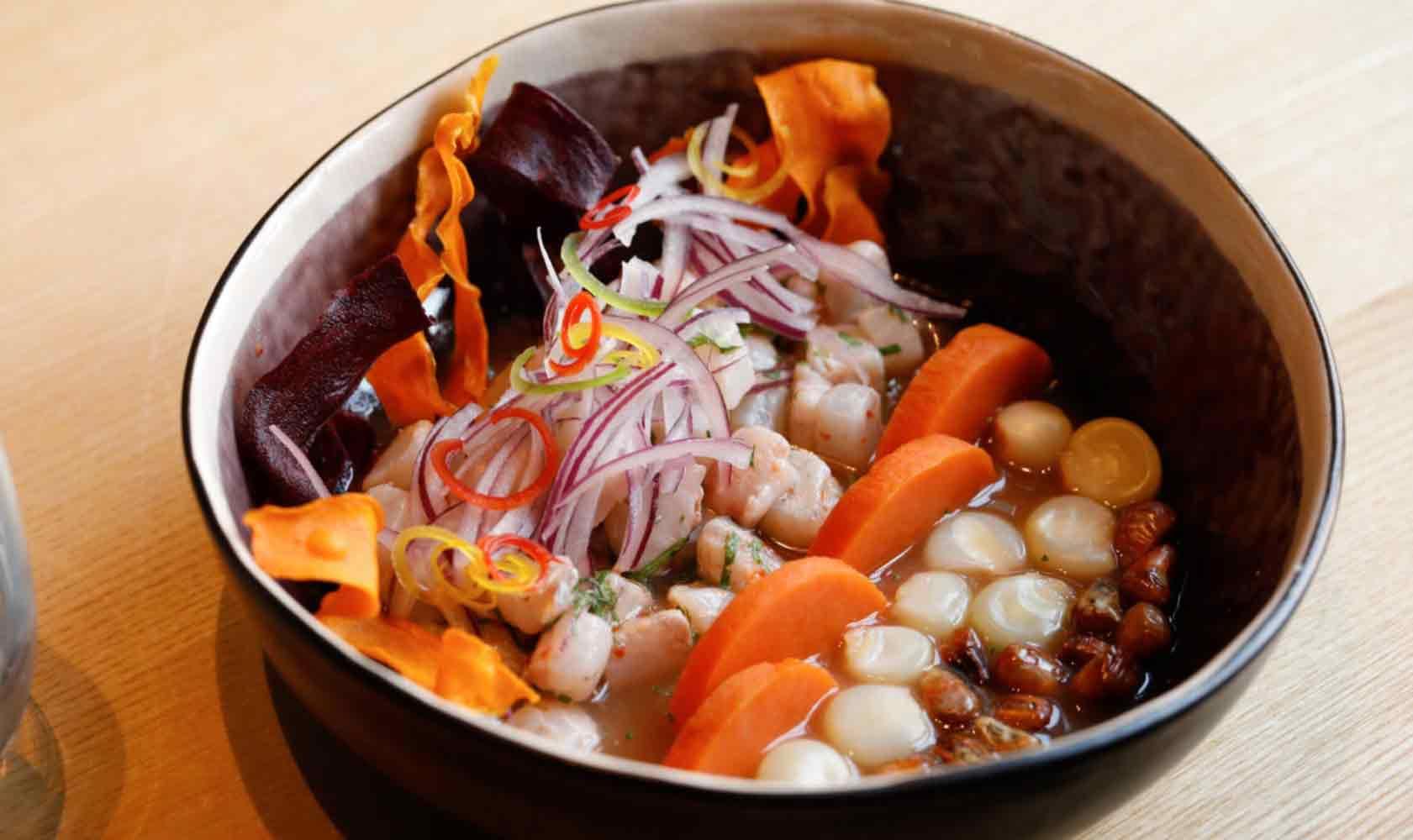 Das klassische Ceviche: zweierlei Mais, Süßkartoffel und Adlerfisch in Tigermilch