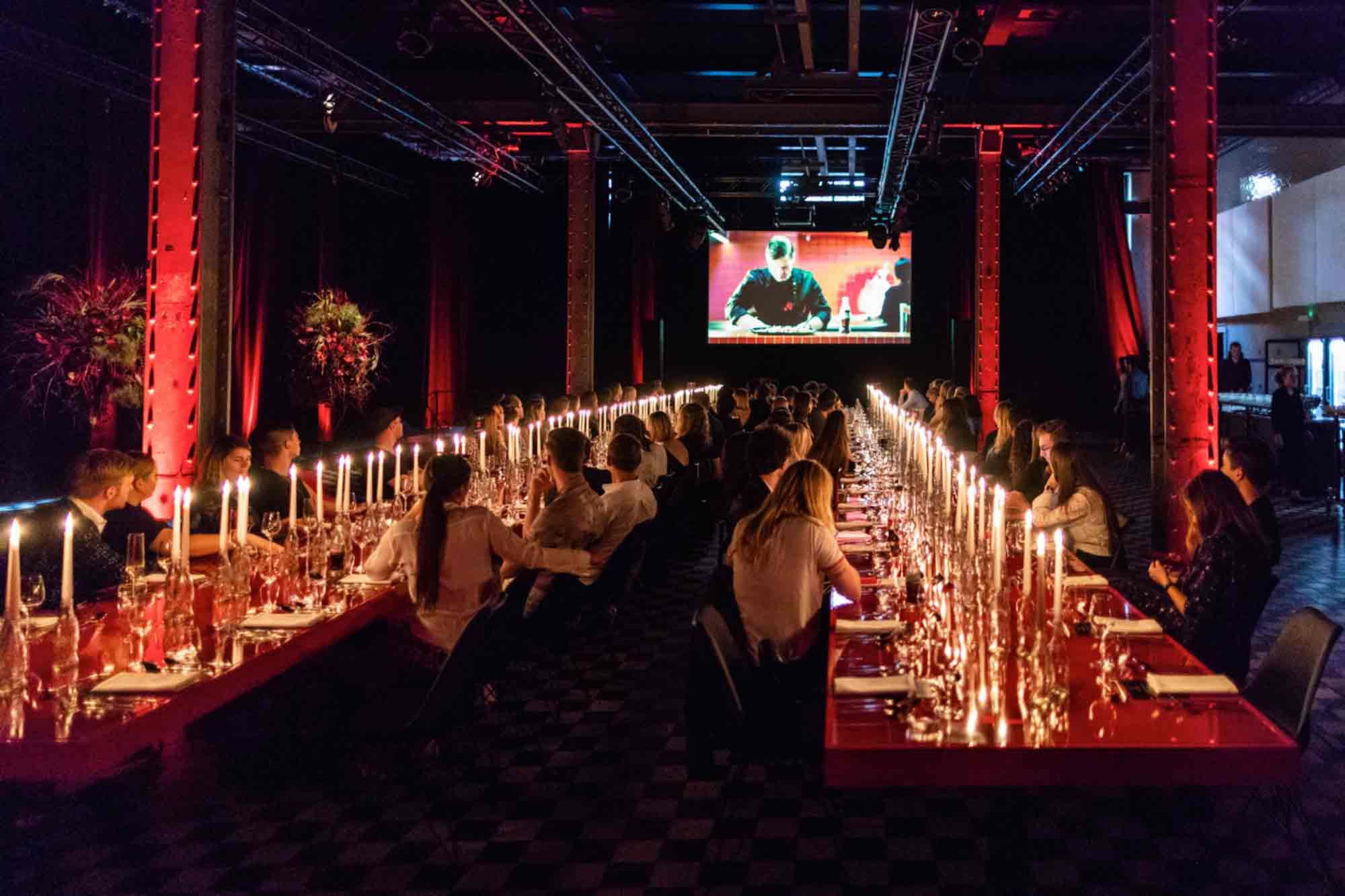 Zwei lange Tafeln und Servietten mit Monogramm: Die Coca Cola Originals Night