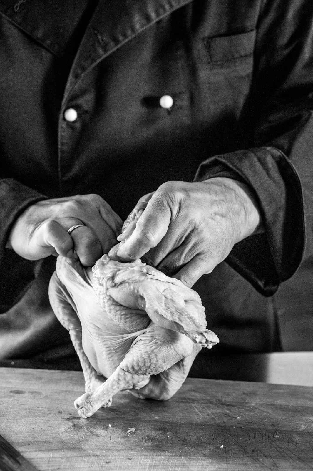 Haut und Fleisch werden mit der Hand von der Karkasse gezogen