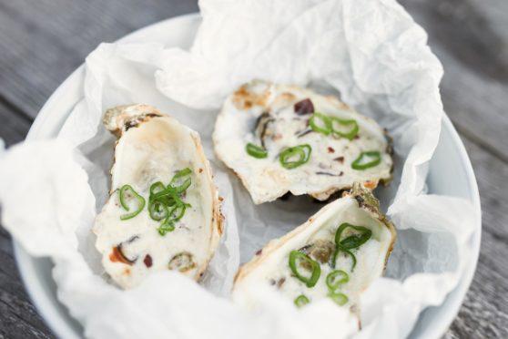 Überbackene Austern mit Crème Fraîche und Taggiasca-Oliven