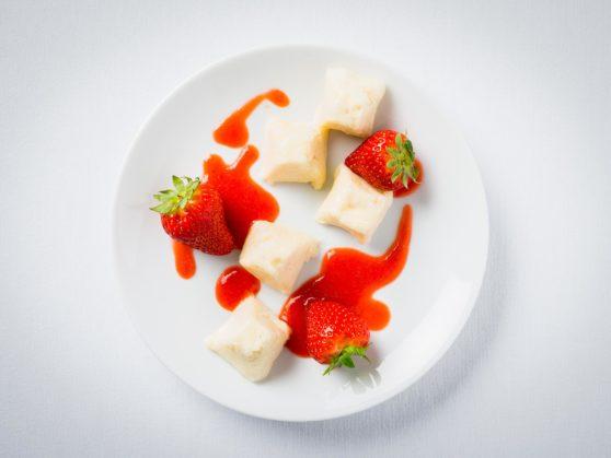Vanillepudding-Würfel mit Erdbeersauce