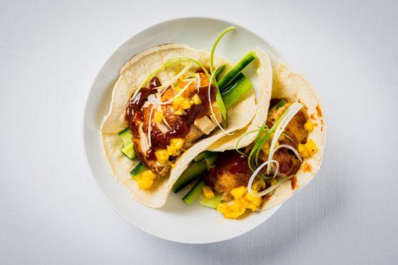 Hähnchen-Taco nach Art der Pekingente mit Mangosalsa