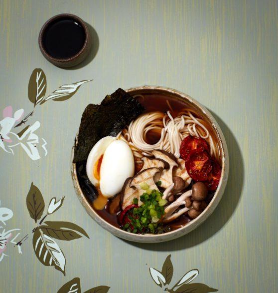 Shoyu-Ramen mit gegrillten Pilzen und gerösteten Tomaten