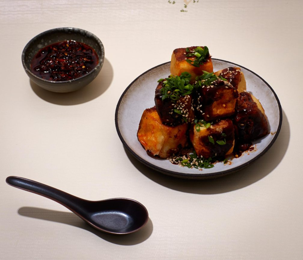 Doppelt knuspriger Tofu & scharfe Sojanuss-Sauce