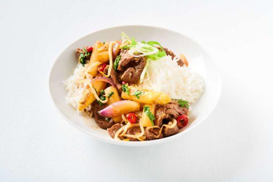 Beef-Wok mit pfannengerührtem Spargel, Chili und Ingwer