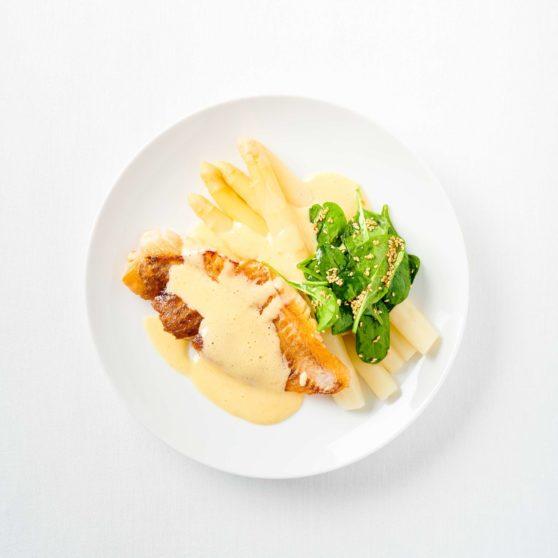 Spargel mit Miso-Hollandaise und Spinatsalat