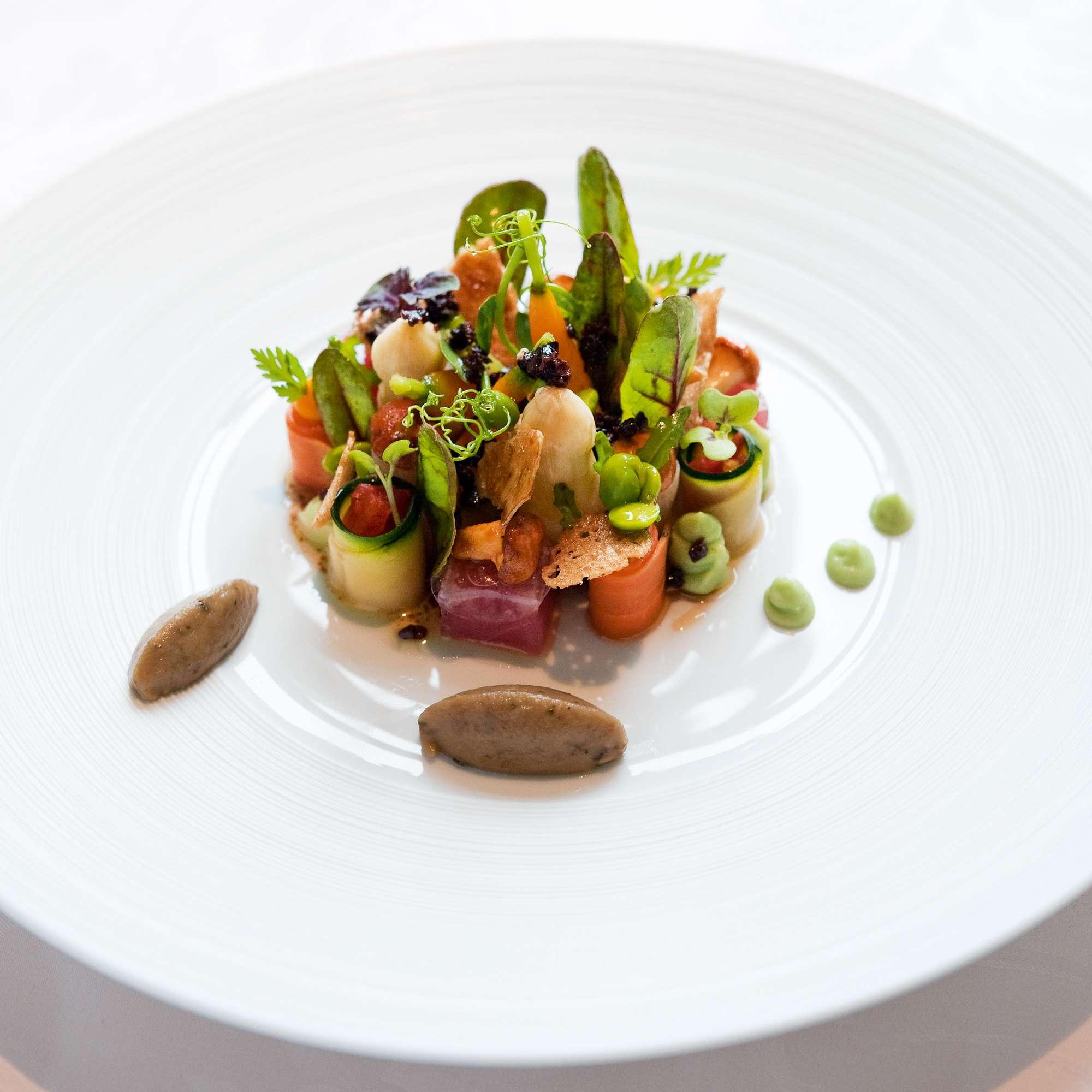 Junger Gemüseacker mit Pochierten Wachteleiern, mariniertem Thunfisch und Balsamico-vinaigrette