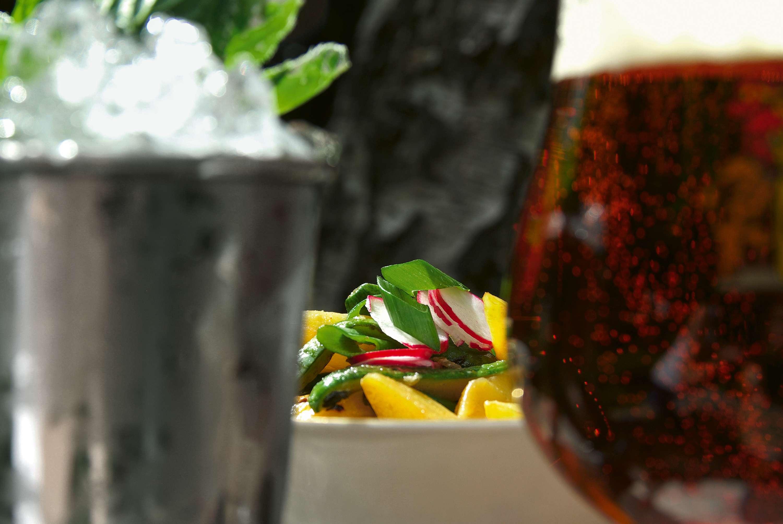 Salate & Drinks: Kartoffel-Schmorgurkensalat mit Bier und Ferkelbauchspießen & Mint Julep