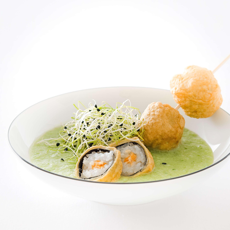 Gekühlte grüne Gazpacho mit gebackenem Sushi