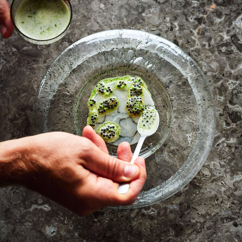 Ein Teller von Rasmus Kofoed: Marbled Hake, Parsley  Stems & Caviar & Buttermilk