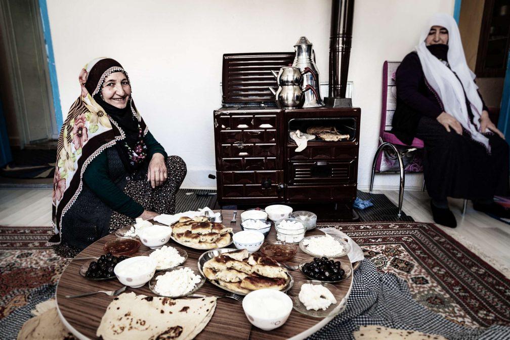 Großmutter Halise serviert Erzincan Tulum, Honig und Joghurt – mit Fladenbrot und Tee ein Festmahl