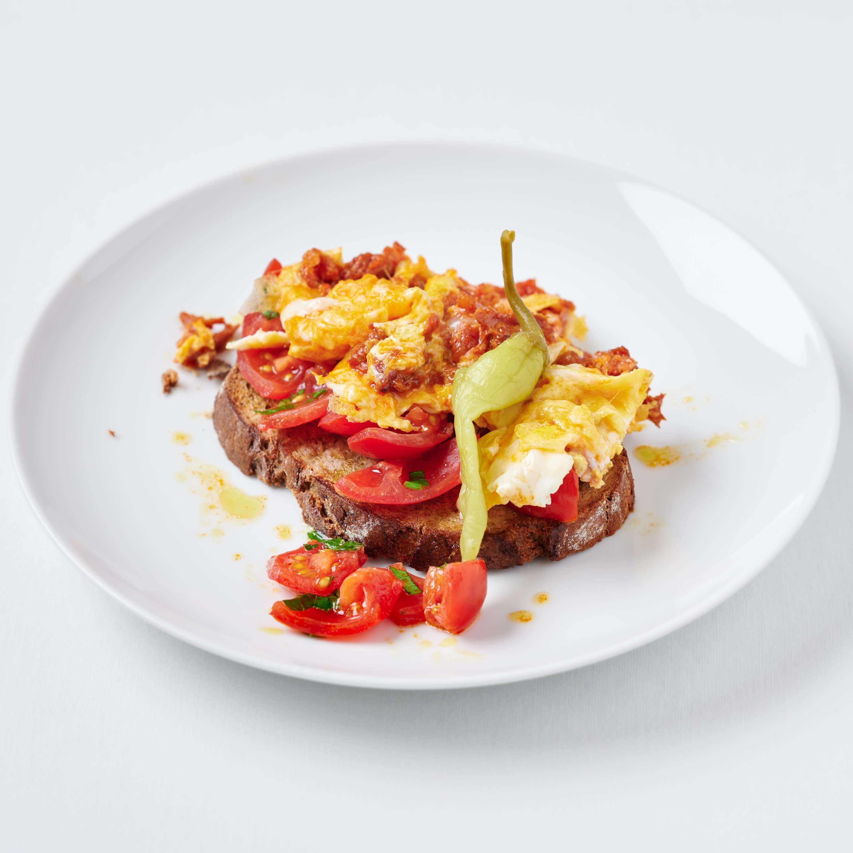 Chorizo-Rührei mit Tomaten-Röstbrot