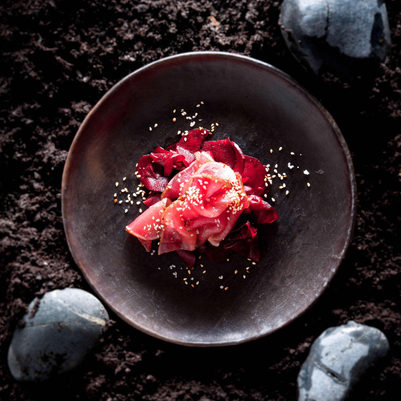 Roh gehobelter Rote Bete-Salat mit gebeiztem Thunfisch
