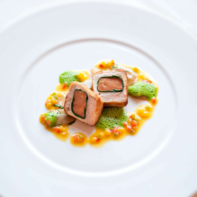 Cordon bleu von Gänseleber und Kalbsbries, karamellisierte Schwarzwurzeln und Paprika-Curry-Vinaigrette
