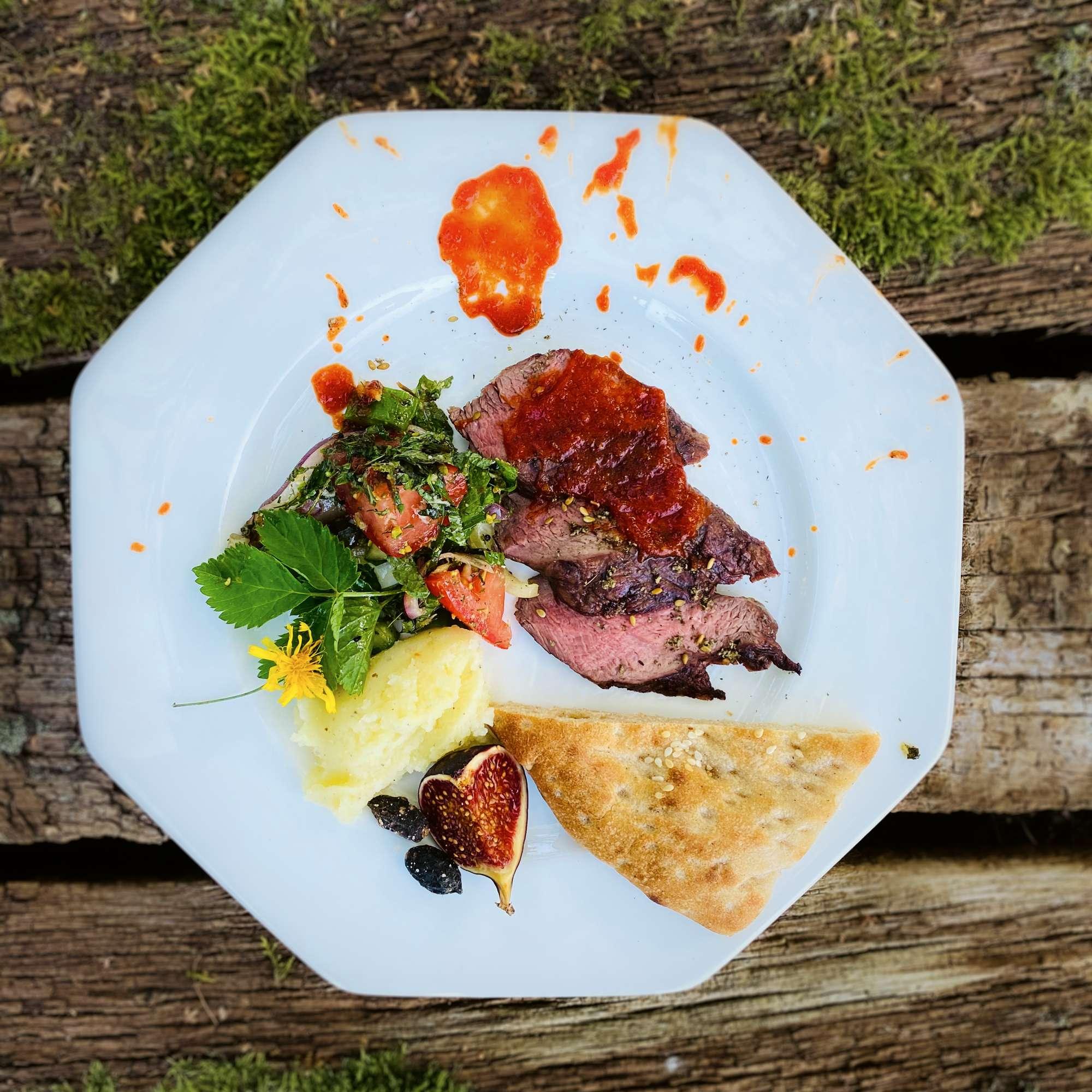 Filet vom Damhirsch mit Paprikamarmelade, Skordalia und griechischem Herbstkräutersalat