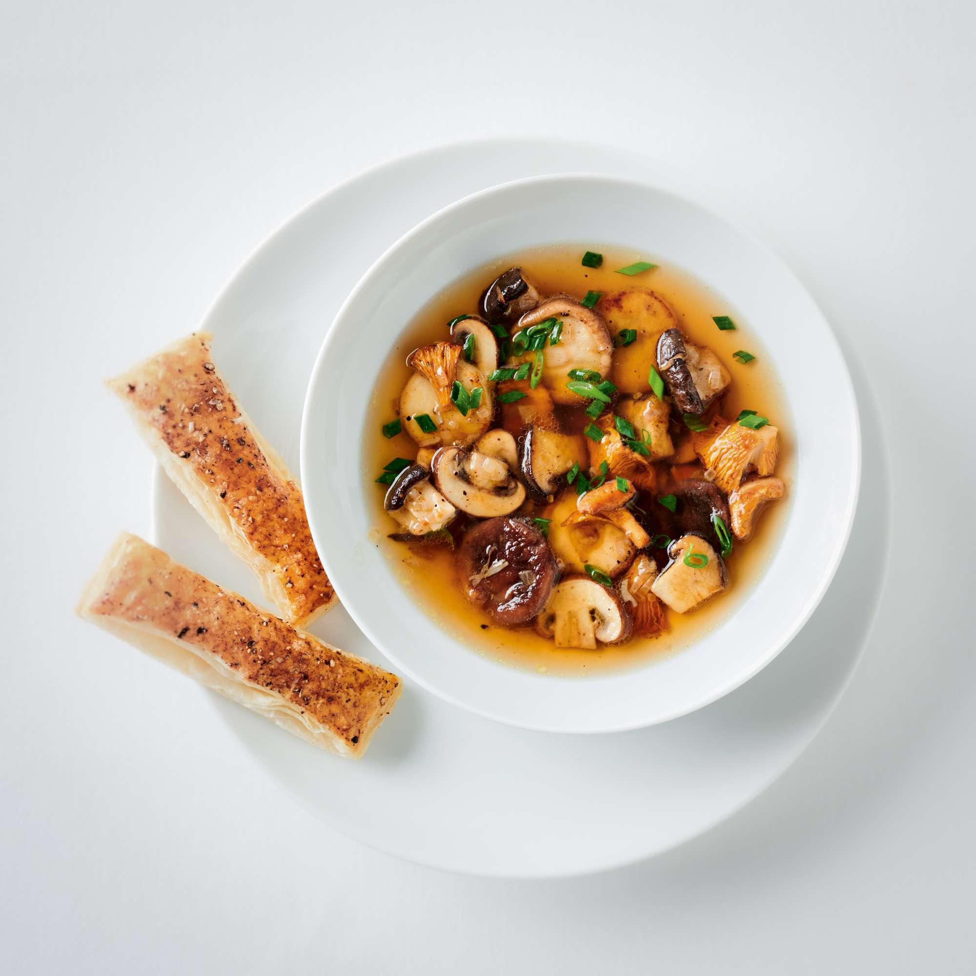 Schnelle Pilz-Consommé mit Gewürzblätterteig