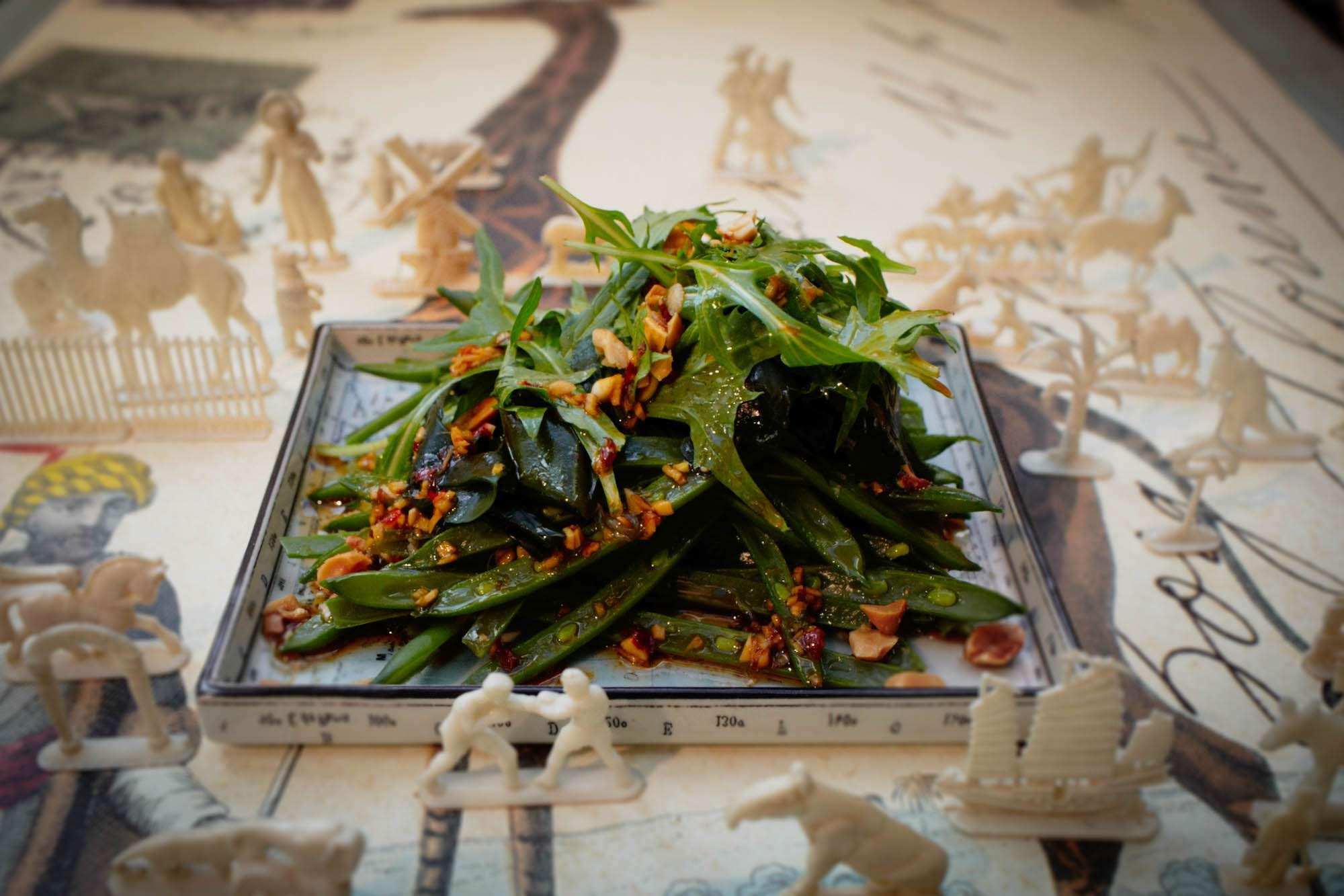 Mizuna-Wakame-Bohnensalat mit Erdnüssen