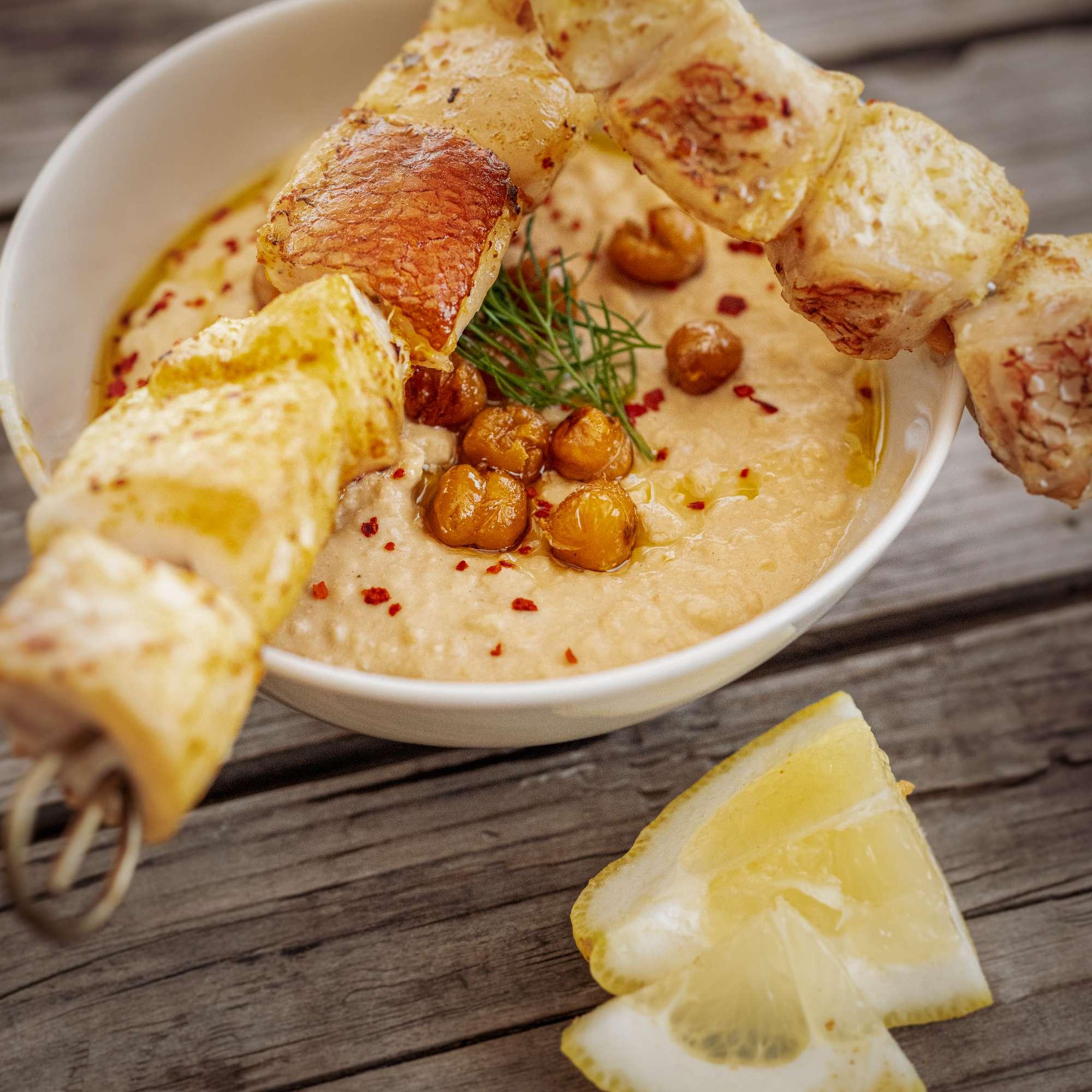 Gesmokter Fischkebab mit Hummus