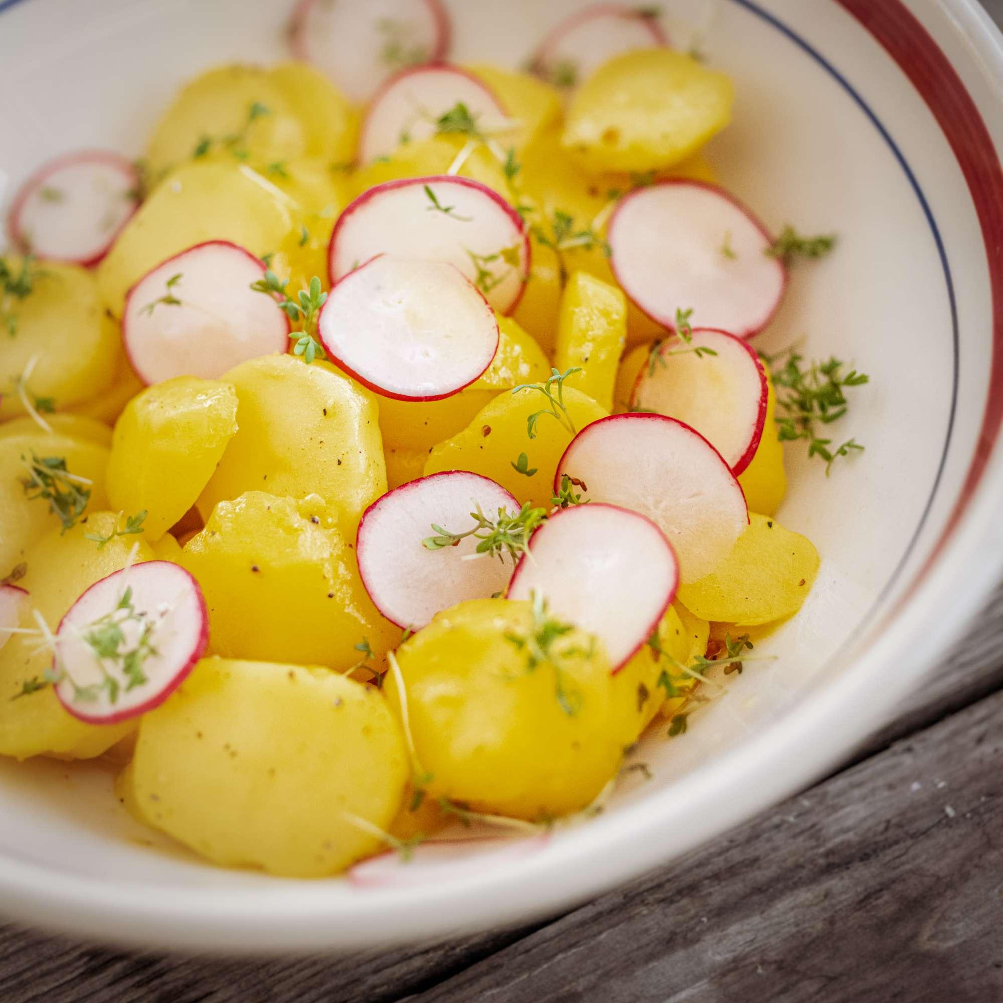 Kurkuma-Kartoffelsalat mit Radieschen