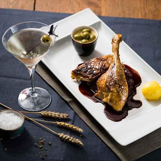 L'Oie aux olives mit Noilly Prat Nage & Orangenzeste Dazu GREY GOOSE Wet Martini