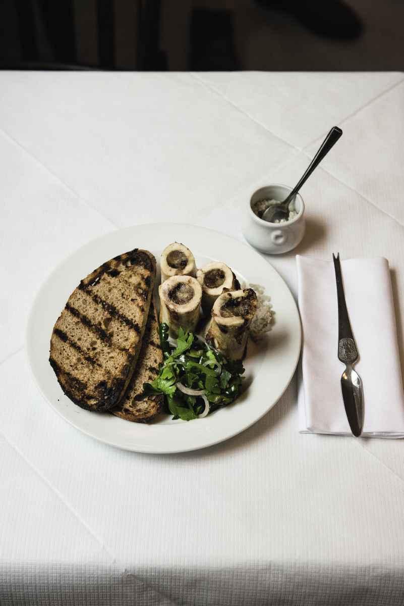 Ein Teller von Fergus Henderson: Geröstete Markknochen mit Petersiliensalat