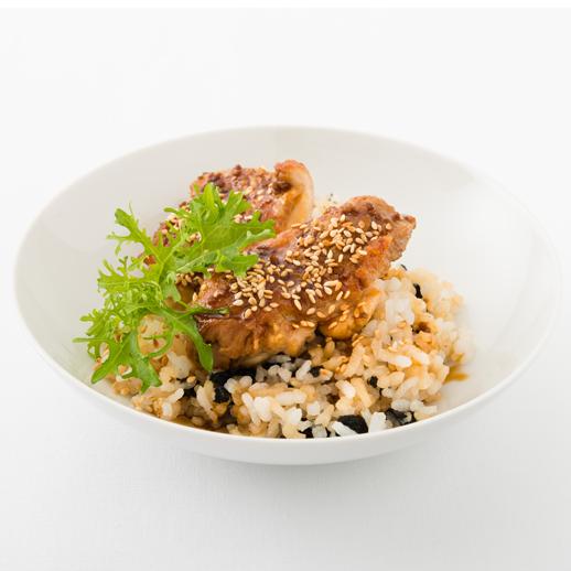 Geröstetes Hähnchenfleisch auf japanisch gewürztem Reis
