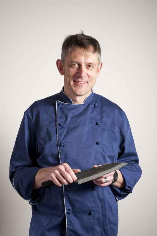 FRED NOWACK kam 1964 im Spreewald zur Welt. Er gibt seine Leidenschaft auch mit Leidenschaft in Kochkursen weiter. www.kochmesser.de www.bullerei.com
