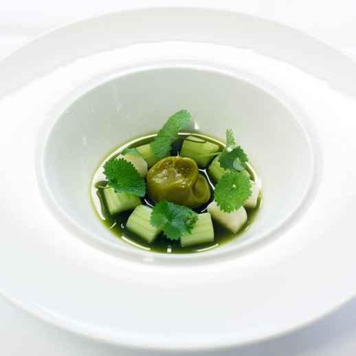 Sellerie, Johannisbeerstrauchemulsion, Knoblauchsrauke und Salatsaft