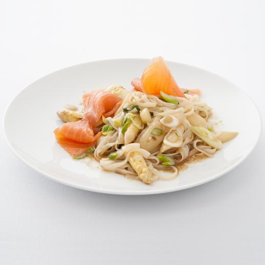 Asiatischer Spargelsalat mit Reisnudeln und Räucherlachs