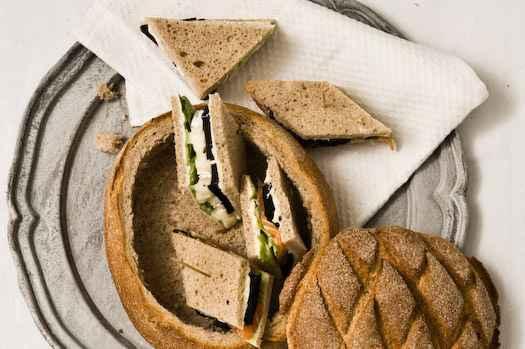 Bauernbrot gefüllt mit Sandwiches von Tortenbrie und mariniertem Lachs