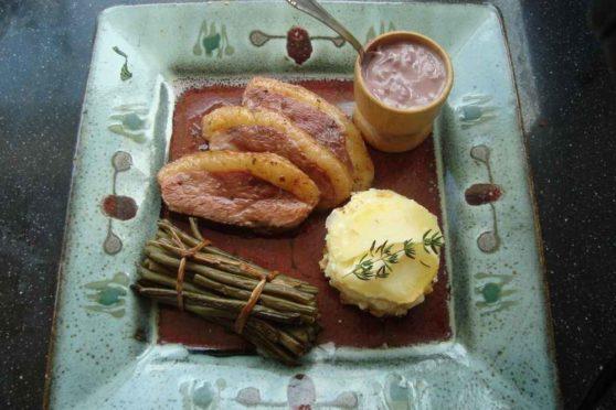 Entenbrust mit Kartoffelauflauf und grünen Bohnen