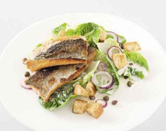 Gebratene Whisky-Lachsforelle auf Caesar Salad