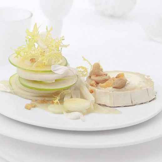 Lauwarmer Ziegenkäse mit einem kleinen Salat aus Rettich, Kohlrabi, Granny Smith und Frisée