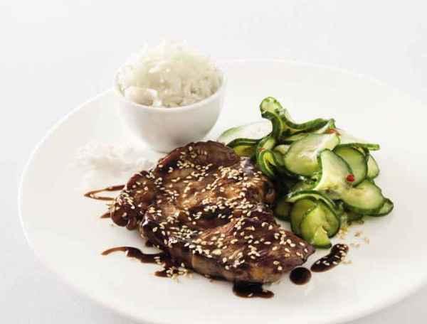Nackensteaks mit Hoisin-Sesam-Sauce, Reis und scharfem Gurkensalat