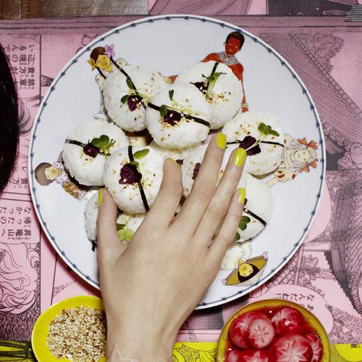 Onigiri mit Umeboshi-Pflaumen und Radieschen-Pickles