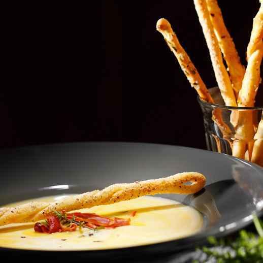 Parmesanschaumsuppe mit Schinkenchips und Haselnuss-Grissini