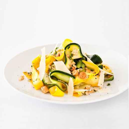Zucchini-Cashew-Salat mit Parmesan