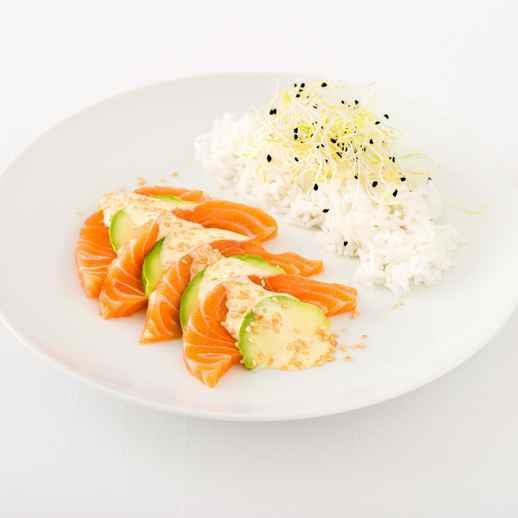 Avocado-Lachs-Sashimi mit Sesam-Mayo und warmem Basmatireis